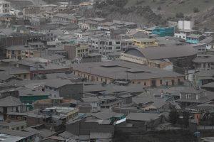 Intensa caída de ceniza volcánica en cinco poblados andinos de Ecuador