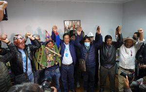 Primeros sondeos señalan al MAS ganador en primera vuelta en elecciones en Bolivia