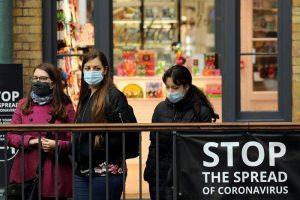 Asesor científico británico dice que es improbable que el coronavirus sea erradicado