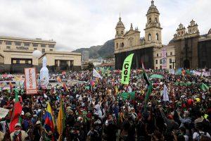 Miles de personas se suman a las protestas contra el Gobierno colombiano
