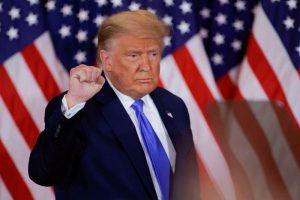 Trump clama victoria falsamente cuando aún quedan votos por escrutar; Biden confiado
