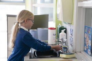 Más de 750.000 niños en Inglaterra y Gales enfrentan acoso por internet: Encuesta