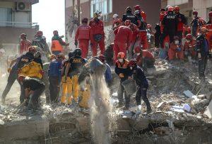 Rescatan a dos menores en Esmirna tras 65 horas bajo escombros del terremoto