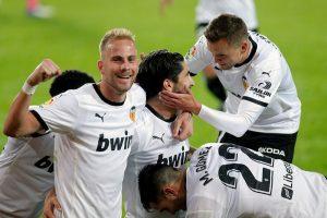 El Valencia, con tres goles de penalti, no da opción al Real Madrid