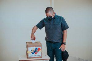 Gobernador Omar Prieto ejerció su derecho al voto en el Liceo Mathias Lossada en el municipio San Francisco