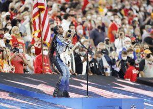#SuperBowl: H.E.R. conmueve con su interpretación de «America The Beautiful»