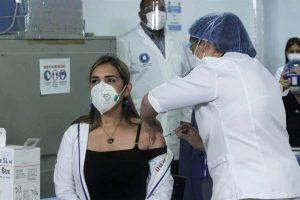 Venezuela comienza a vacunar contra la COVID-19 al personal médico