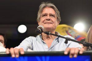 Un Ecuador dividido entrega el poder al conservador Guillermo Lasso