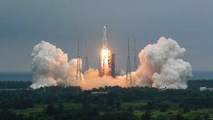 UE monitorea el cohete chino y ve improbable caigan restos en zonas pobladas