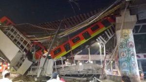 Mueren 23 personas al descarrilarse tren en México