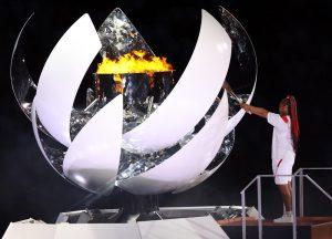 La tenista japonesa Naomi Osaka enciende el pebetero de los Juego de Tokio