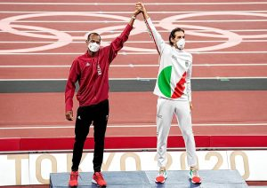#JJOOTokio2020   Barshim y Tamberi se imponen mutuamente sus medallas de oro