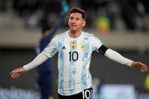Con triplete de Messi, que bate récord de Pelé, Argentina gana a Bolivia
