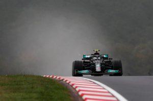 Bottas gana en Turquía y Verstappen festeja liderato en el podio con «Checo»