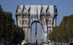 Desenvuelven la obra de Christo y Jeanne Claude en el Arco de Triunfo